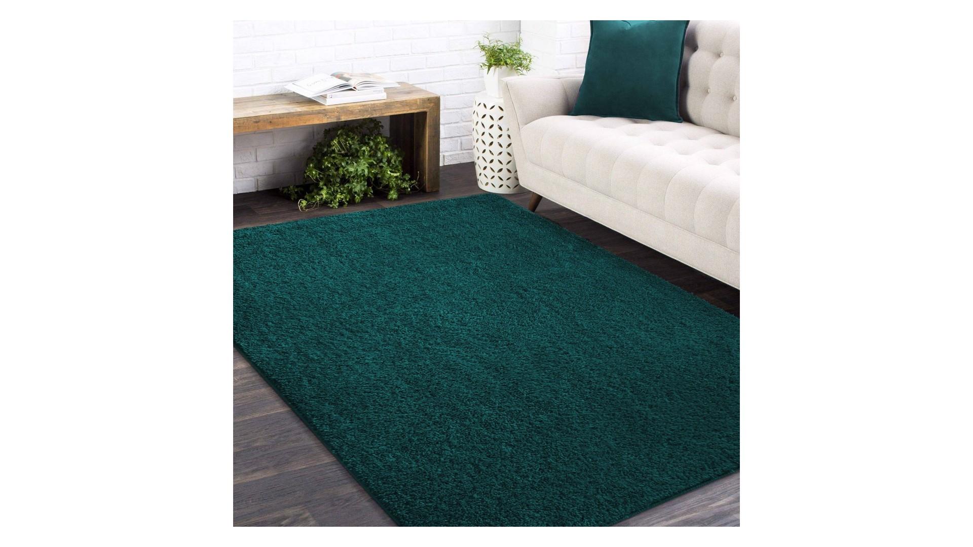 Piękny dywan SHAGGY w kolorze butelkowej zieleni doskonale pasuje do nowoczesnych wnętrz.