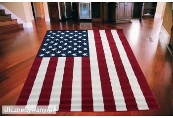 Przepiękny dywan z motywem flagi amerykańskiej idealnie komponuje się w nowoczesnych wnętrzach.