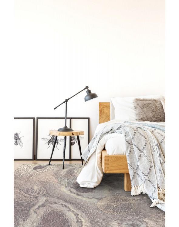 Miękki i miły w dotyku, ponieważ dywan jest wełniany.