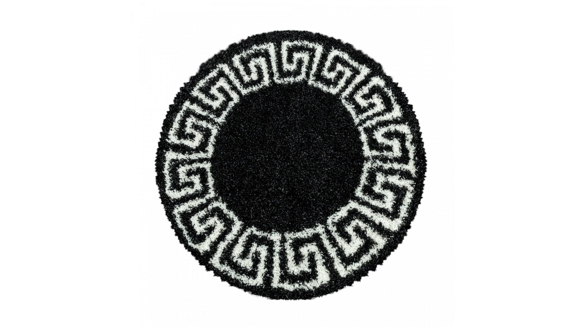 Przepiękny dywan w kształcie koła.