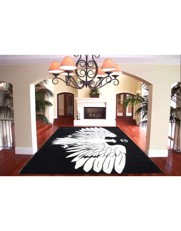 Na dywanie widnieje orzeł na czarnym tle.