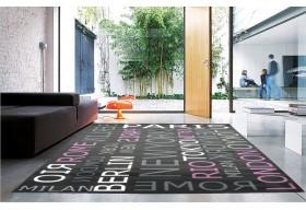 Dywan z napisami różnych stolic na świecie.