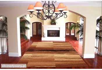 Cynamonowe jasne barwy dywanu.