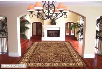 Piękne jasne kolory dywanu.