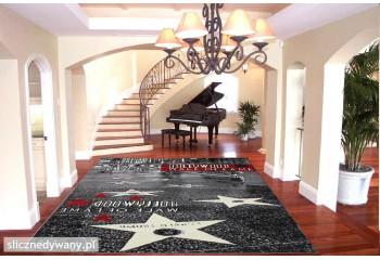 Dywan przedstawia słynną Aleję Gwiazd w Los Angeles.