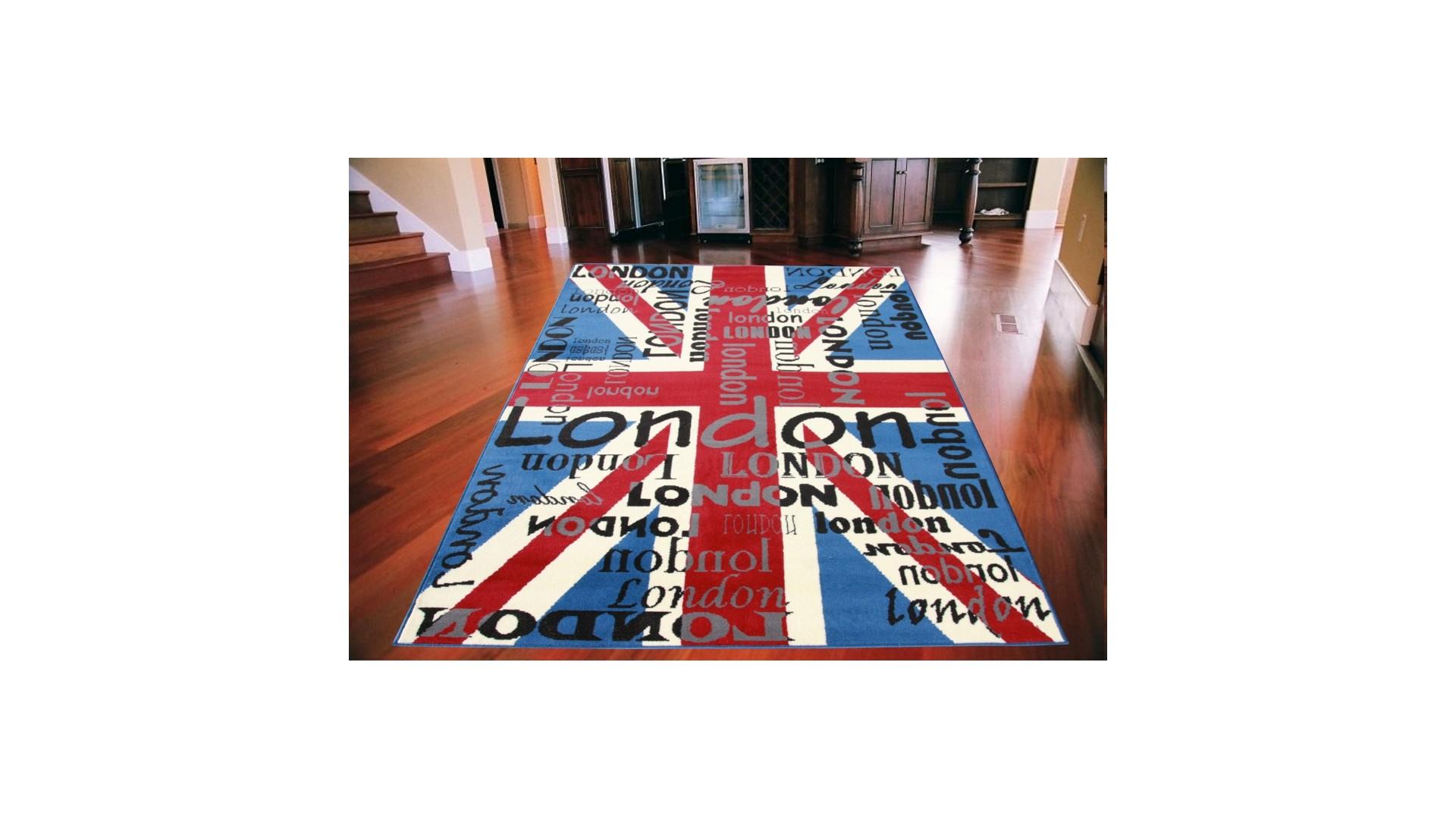 Na dywanie dominują elementy angielskie.