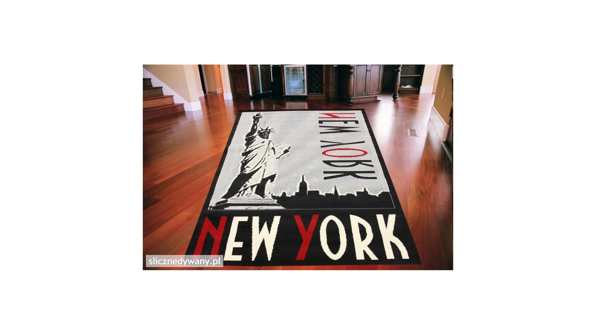 Modny dywan do salonu lub pokoju młodzieżowego.