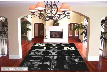 Modne, ciemne barwy dywanów.