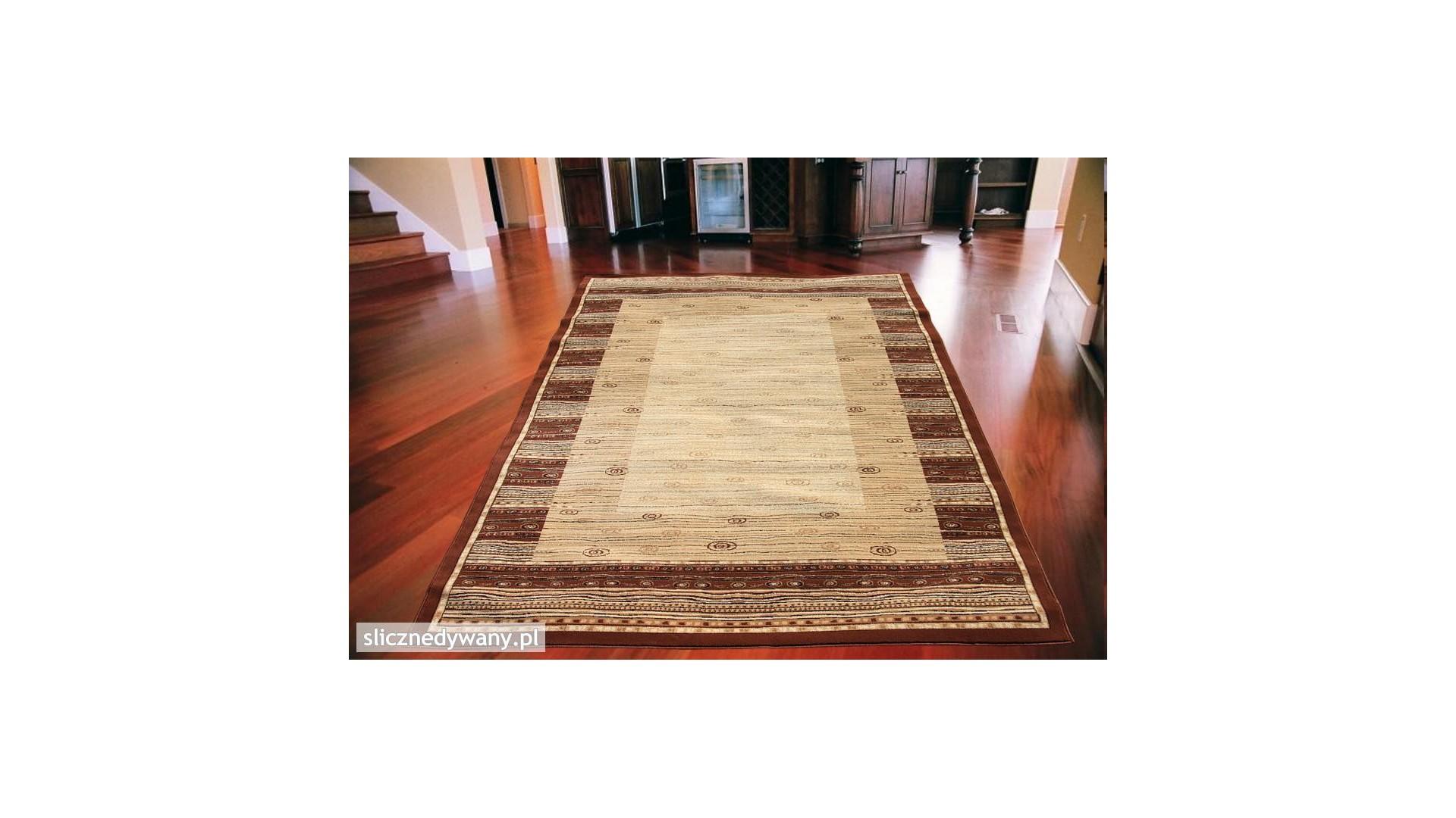 Modne beżowe barwy dywanu.