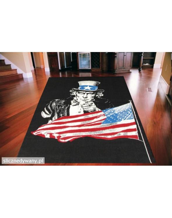 Na dywanie przedstawiony jest  brytyjski Uncle Sam na czarnym tle.