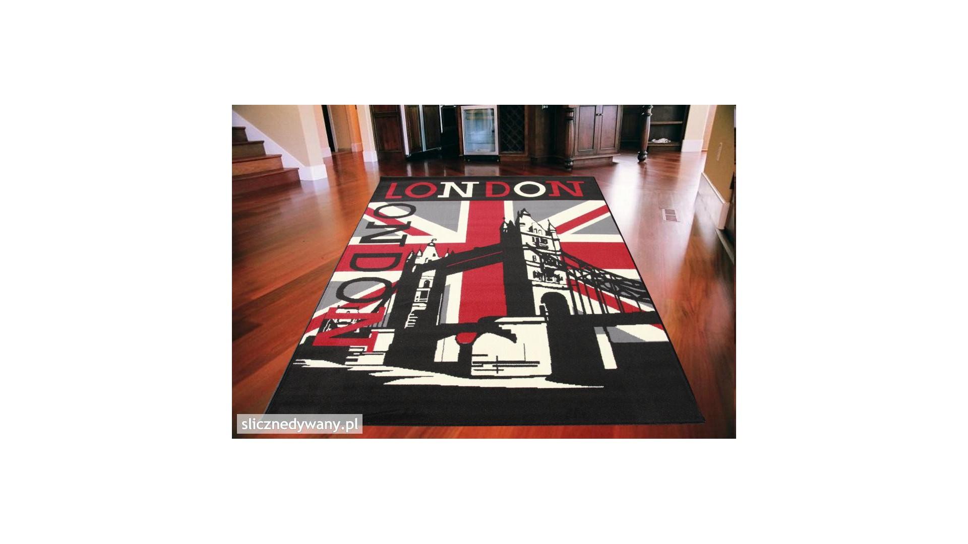 Ciekawe wzornictwo dywanu.