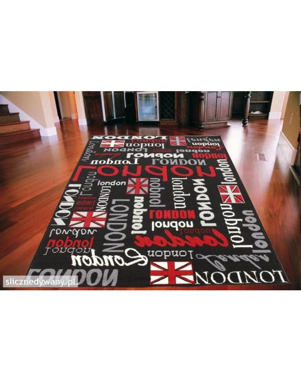 Ciekawy dywan do pokoju młodzieżowego.