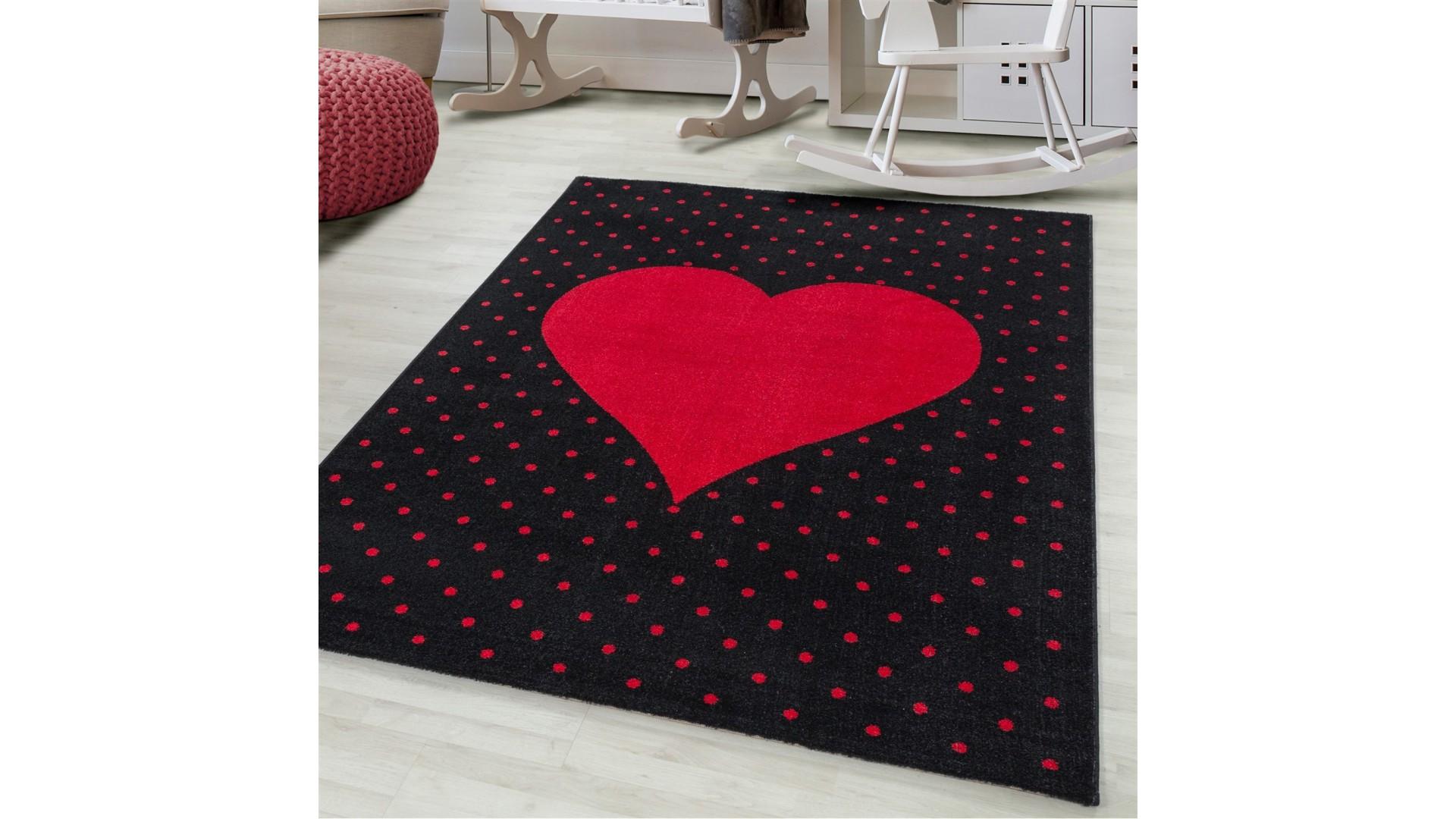 Dywan z czerwonym serduszkiem  to idealny dodatek w pokoju dziecięcym i młodzieżowym.