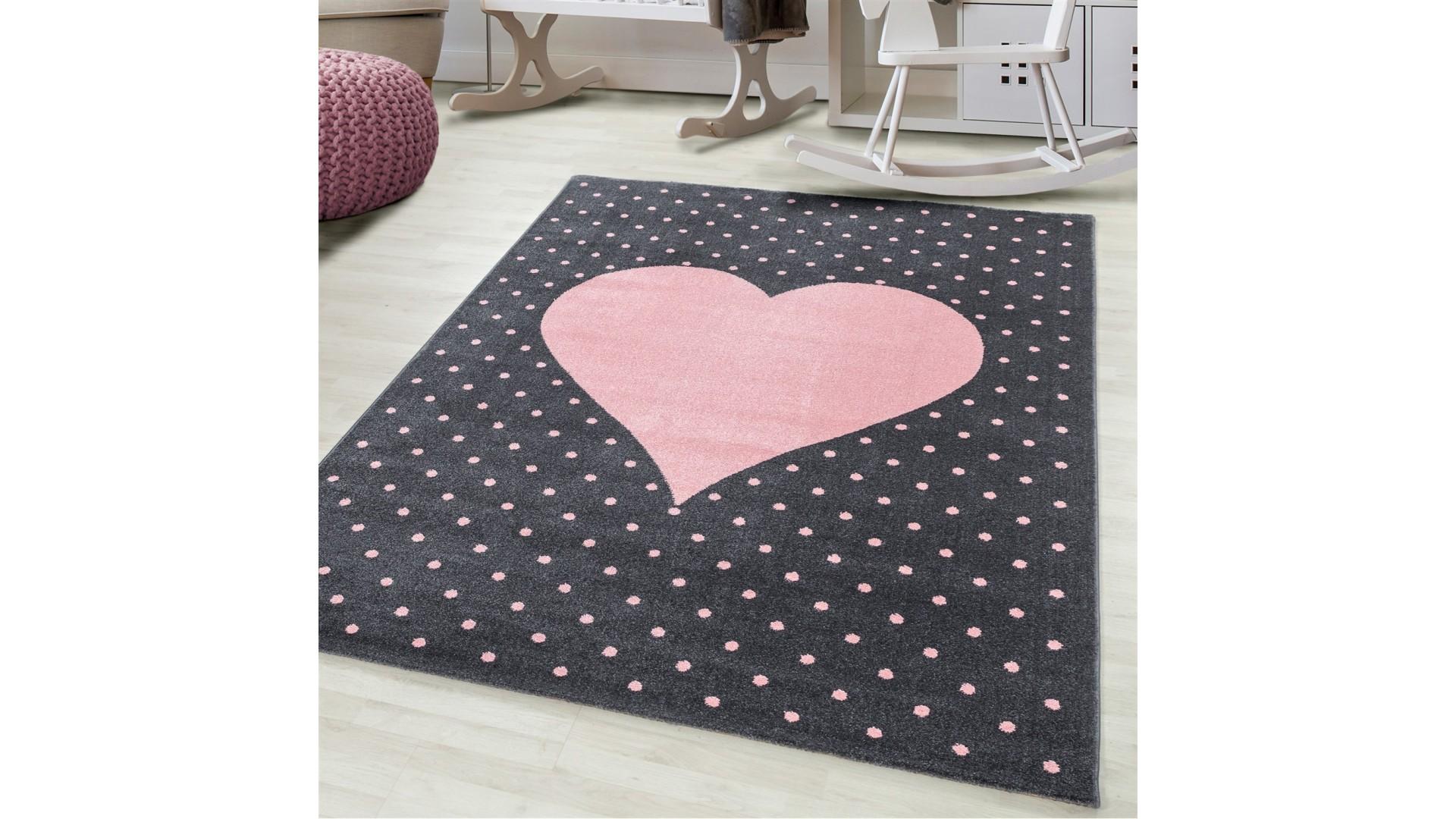 Różowe serduszko na czarnym tle to dywanik idealnie nadający się do pokoju dziecięcego i młodzieżowego.