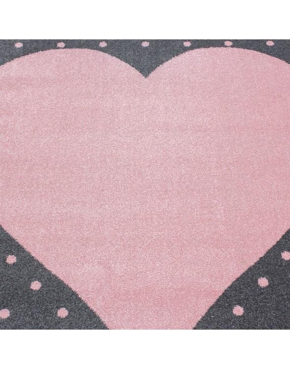Pastelowa kolorystyka dywanu dla dzieci Serduszko szaro-różowe zachwyci najbardziej wymagających.