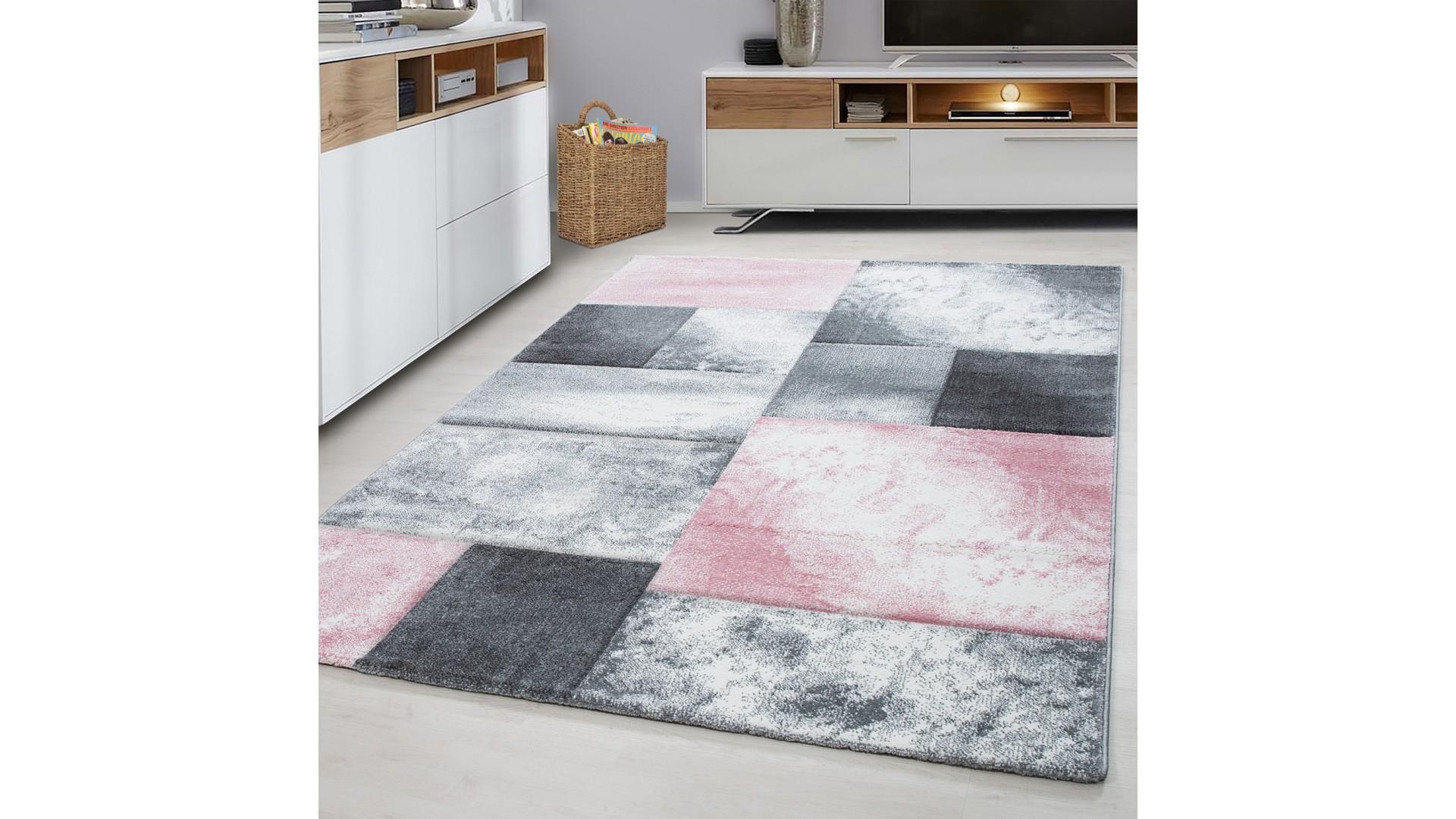 Piękny dywan z miękkiej przędzy.