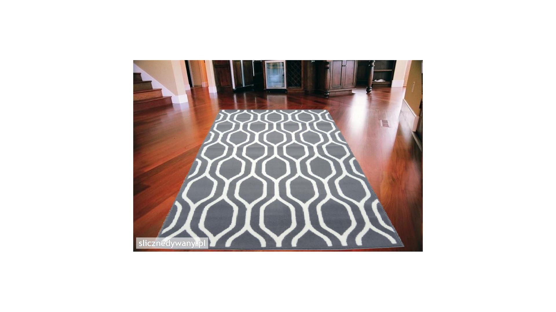 Piękny dywan w modne marokańskie wzory.