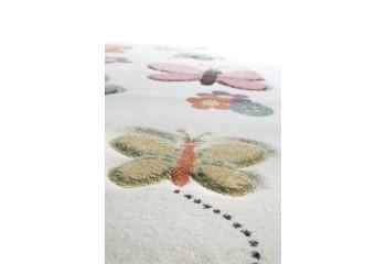 Baśniowe motylki na dywanie z miękkiej przędzy.