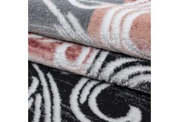 Najwyższej jakości dywan z przędzy syntetycznej.